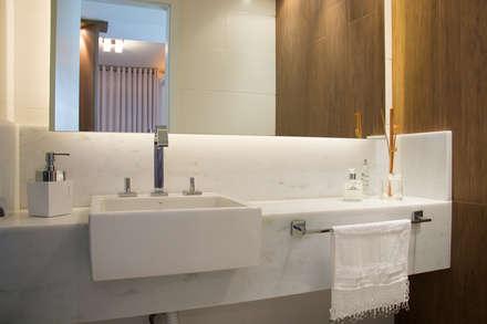 Apartamento Lindóia: Banheiros minimalistas por Bibiana Menegaz - Arquitetura de Atmosfera