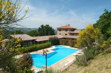 vista della piscina esterna: Piscina in stile In stile Country di Studio di Bioarchitettura Brozzetti Adriano