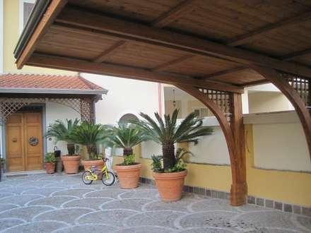 Copertura per auto : Garage/Rimessa in stile in stile Mediterraneo di RicreArt - Italmaxitetto