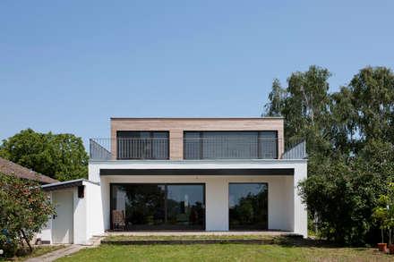 Wohnhaus Niederkassel : moderne Häuser von Corneille Uedingslohmann Architekten