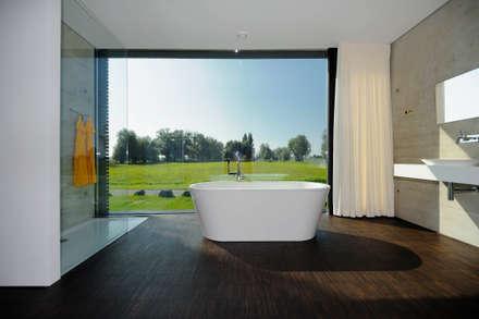 Badezimmer mit Ausblick: moderne Badezimmer von schroetter-lenzi Architekten