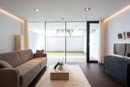 Gästezimmer und Hobbyraum im Keller: moderner Fitnessraum von schroetter-lenzi Architekten