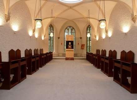 Priesterseminar im Kloster: klassischer Multimedia-Raum von waldorfplan architekten