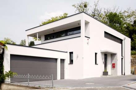 Gebäude mit Garage: moderne Häuser von Ingenieurbüro für Planung und Projektmanagement Hangs