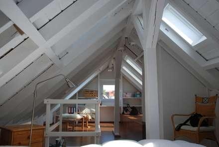 ausgebauter spitzboden moderne wohnzimmer von simone jschke innenarchitektur - Wohnzimmer Esszimmer Holz Und Wei Gestalten