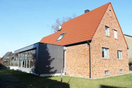 Bestandsgebäude mit Anbau: moderne Häuser von w+p architekten