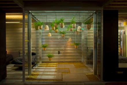 Jardim da Casa 333: Jardins modernos por Ateliê de Cerâmica - Flavia Soares