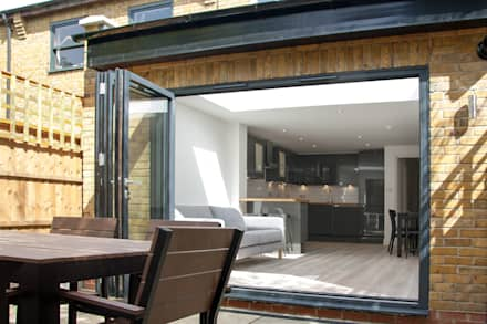Sliding Folding doors:  Sliding doors by GK Architects Ltd