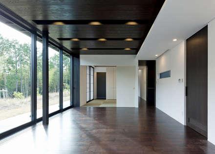 リビング: Egawa Architectural Studioが手掛けたリビングです。