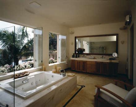 Baños de estilo topical por BR  ARQUITECTOS