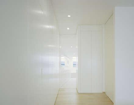 S3 CITYVILLA: minimalistische Ankleidezimmer von steimle architekten