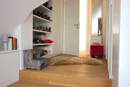 kleiner Ankleidebereich mit offenem Schuhschrank: ausgefallene Ankleidezimmer von raumatmosphäre pantanella