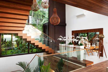 Escadas : Corredores, halls e escadas modernos por Infinity Spaces