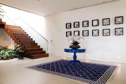 Sam Pedro - Guarujá - SP: Corredores, halls e escadas modernos por Infinity Spaces