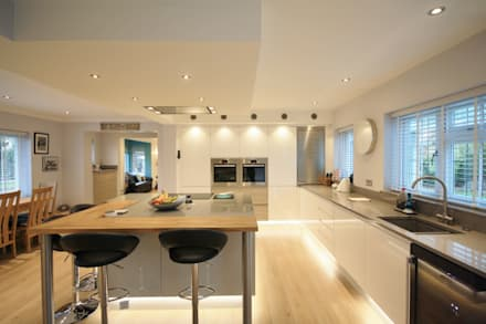 White, Grey and Elm Kitchen design: modern Kitchen by Kitchencraft