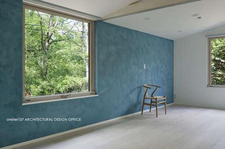 036軽井沢Kさんの家: atelier137 ARCHITECTURAL DESIGN OFFICEが手掛けた寝室です。