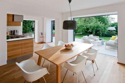 Haus HAD: moderne Esszimmer von Sue Architekten ZT GmbH