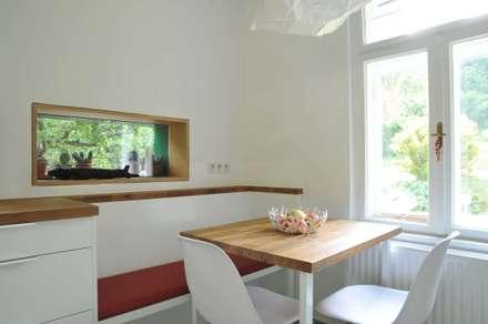 Haus Leopold im Wienerwald: ausgefallene Esszimmer von Sue Architekten ZT GmbH
