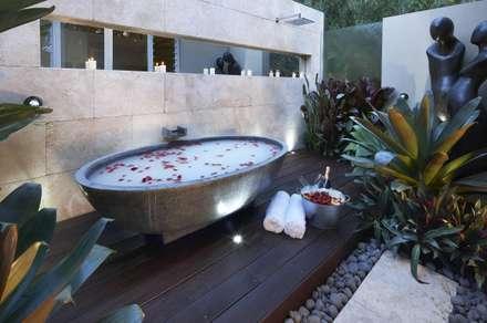 Badewanne in der Natur: tropische Badezimmer von Design by Torsten Müller