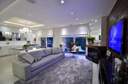 Elegante casa em condomínio: Salas de estar modernas por Tania Bertolucci  de Souza     Arquitetos Associados