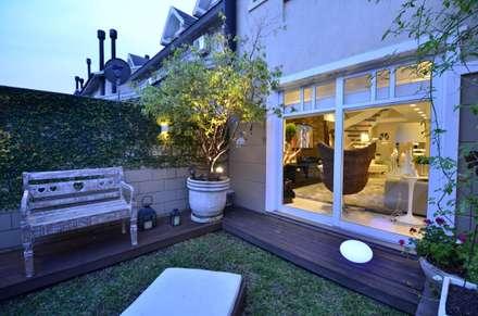 Elegante casa em condomínio: Jardins modernos por Tania Bertolucci  de Souza     Arquitetos Associados