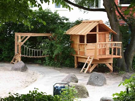 Baumhäuser für Kinder: rustikale Kinderzimmer von Almhütte Naturholz- Manufaktur GmbH