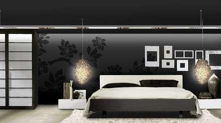 Flores en negro: Dormitorios de estilo moderno de Murales Divinos