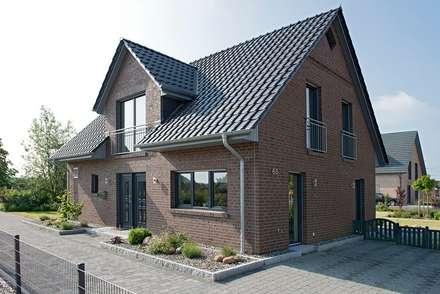 Musterhaus Lüneburg: Norddeutscher Haustyp mit Charme : klassische Häuser von Heinz von Heiden GmbH Massivhäuser