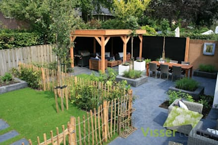 Sfeervolle lounge tuin: landelijke Tuin door Visser Tuinen