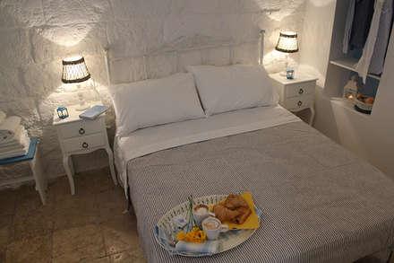 La casetta - casa vacanze: Camera da letto in stile in stile Mediterraneo di INARCHlab