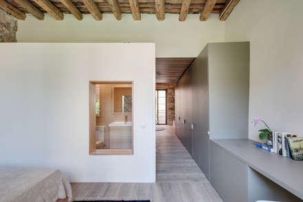 LOFTS GIRONA: Vestidores de estilo mediterráneo de Lara Pujol  |  Interiorismo & Proyectos de diseño