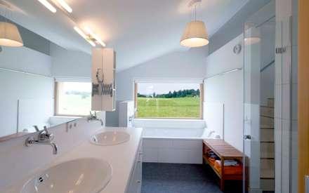 Baden mit Chiemseeblick : landhausstil Badezimmer von w. raum Architektur + Innenarchitektur