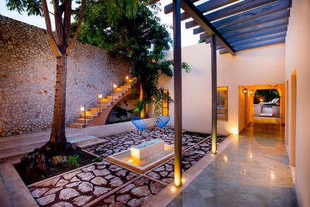 Jardines de estilo colonial de Taller Estilo Arquitectura
