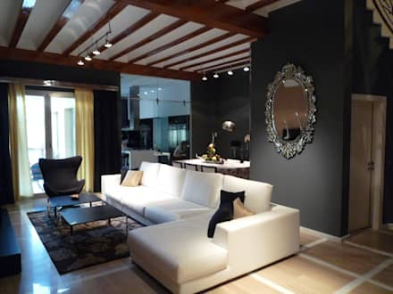 Reforma integral casa de pueblo: Salones de estilo moderno de Aris & Paco Camús