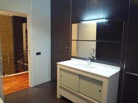 Reforma integral casa de pueblo: Baños de estilo moderno de Aris & Paco Camús