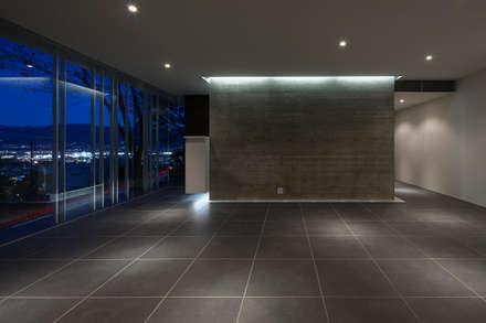 グラスハウス#2/愛宕山の家 (Glass House #2): Archiplus Architectural Design Office / ㈱アーキプラス一級建築士事務所が手掛けた壁・フローリングです。