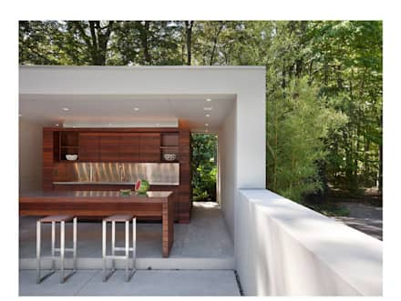 Poolside Outdoor Kitchen: modern Pool by Specht Architects