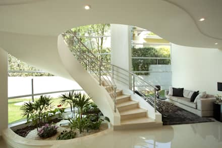 Casa Refúgio da Mata: Corredores, halls e escadas modernos por Arquiteto Aquiles Nícolas Kílaris