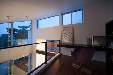 吹抜けに面したロフトには書斎コーナー: 伊藤一郎建築設計事務所が手掛けた書斎です。