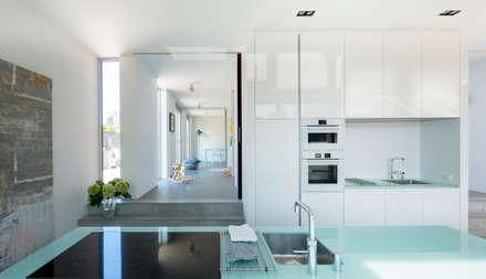 Zichtlijn: minimalistische Keuken door Architect2GO