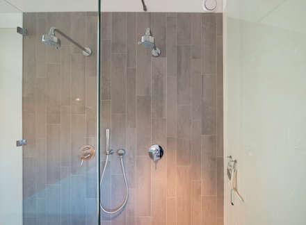 Dubbele douche verdieping 2: minimalistische Badkamer door Architect2GO