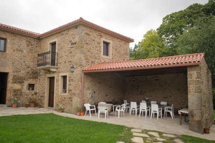 Rehabilitación en Laracha: Casas de estilo rural de Intra Arquitectos