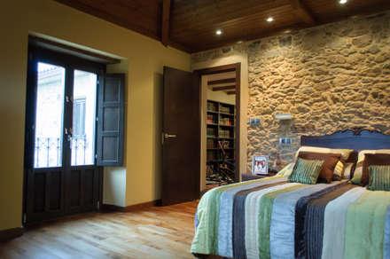 Rehabilitación en Laracha: Dormitorios de estilo rural de Intra Arquitectos