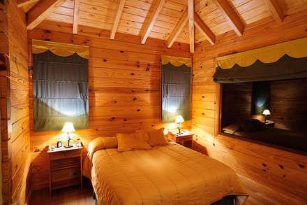 Casa Amancay Ι San Martín de los Andes, Neuquén. Argentina.: Dormitorios de estilo rural por Patagonia Log Homes