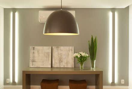 Apartamento na Pompeia, São Paulo: Salas de jantar modernas por Liliana Zenaro Interiores