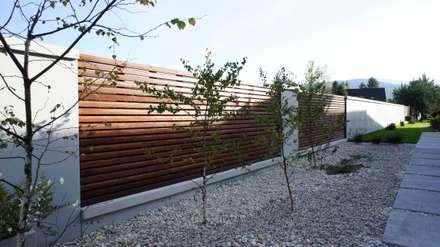 Ogrodzenie z betonu architektonicznego: styl , w kategorii Ogród zaprojektowany przez Contractors
