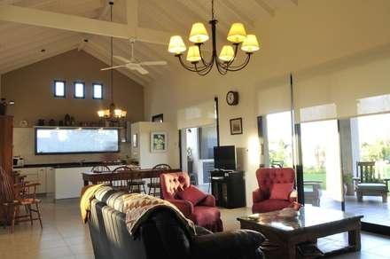 espacio integrado: Livings de estilo rural por Parrado Arquitectura