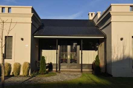 porch: Casas de estilo rural por Parrado Arquitectura
