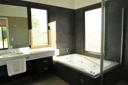 baño principal: Baños de estilo moderno por Parrado Arquitectura