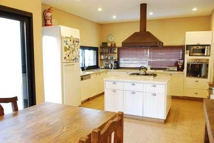 COCINA FAMILY: Cocinas de estilo rústico por Parrado Arquitectura